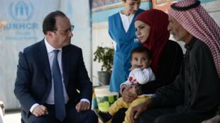 Le président français François Hollande s'est rendu dans un camp de réfugié syrien près de Zahle au Liban, le 17 avril 2016.