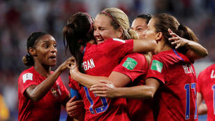 Alex Morgan de los Estados Unidos celebra su segundo gol con Lindsey Horan y sus compañeras este 2 de julio en el Estadio Groupama, en Lyon, Francia.