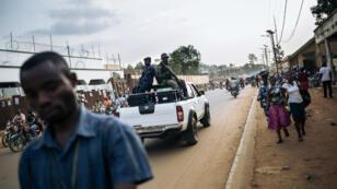 Un camion de la Commission électorale nationale indépendante de la République Démocratique du Congo transportant les machines à voter traversant la ville de Beni le 21 décembre 2018.