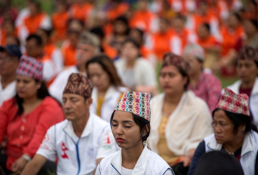 Varias personas practican yoga para celebrar el Día Internacional del Yoga en Katamandú, Nepal.