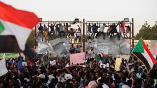 Des manifestants soudanais poursuivre leurs rassemblements devant le ministère de la Défense à Khartoum, le 21 avril 2019.