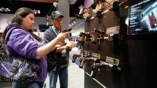 Una mujer sostiene una pistola semiautomática en la reunión anual de la Asociación Nacional del Rifle, en Indianápolis, Indiana, EE. UU., el 28 de abril de 2019.