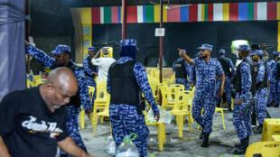 La police maldivienne est intervenue le 2 février dans les locaux du principal parti d'opposition pour empêcher des célébrations après la décision de la Cour suprême de libérer des prisonniers politiques.