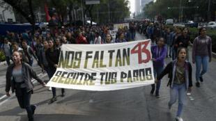 Mercredi 25septembre, une manifetsation de soutien aux proches des 43disparus réunissant un millier de personnes a eu lieu à Mexico devant le bureau du parquet.