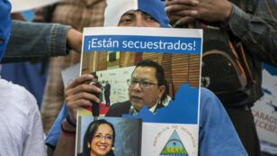 """Des manifestants ont protesté dimanche au Costa Rica contre l'arrestation des journalistes nicaraguayens qu'ils qualifient de """"kidnapping""""."""