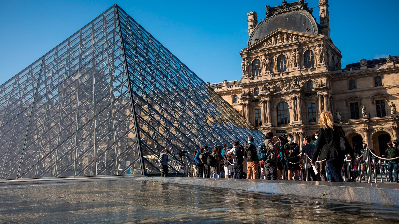 Los visitantes que usan máscaras faciales protectoras se alinean para ingresar al Museo del Louvre en París, Francia, el 06 de julio de 2020. Después de un cierre de casi cuatro meses debido a la pandemia de coronavirus, el Museo del Louvre vuelve a abrir al público.