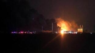 De la fumée s'élève au-dessus du site chimique de Yancheng, en Chine, le 21 mars 2019.