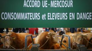 Une bannière protestant contre l'accord de libéralisation commerciale entre l'UE et le Mercosur, déployée lors du Salon de l'Agriculture, à Paris, le 24février2018.
