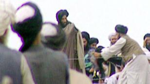 Une des rares images du mollah Omar, prise en caméra cachée par la BBC en 1996 à Kandahar, avant l'assault de ses troupes talibanes sur Kaboul.