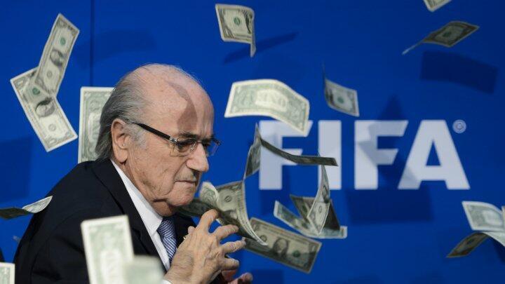 رئيس الاتحاد الدولي لكرة القدم المستقيل جوزيف بلاتر