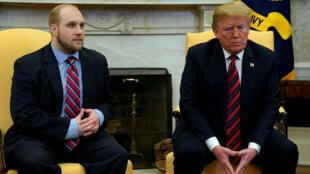 El presidente de EE. UU., Donald Trump, se sienta junto a Josh Holt, un misionero estadounidense que fue liberado por Venezuela, en la Oficina Oval de la Casa Blanca en Washington, EE. UU., El 26 de mayo de 2018.