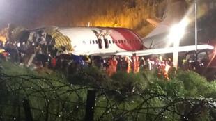 مسعفون هرعوا إلى محيط تحطم الطائرة الهندية في مطار كاليكوت بكاريبور، في 7 آب/أغسطس 2020