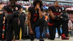 """لاعبو فريق سان فرانسيسكو يقاطعون النشيد الوطني الأمريكي تنديدا بـ """"عنف الشرطة"""" بحق السود. 6 تشرين الأول/أكتوبر 2016."""