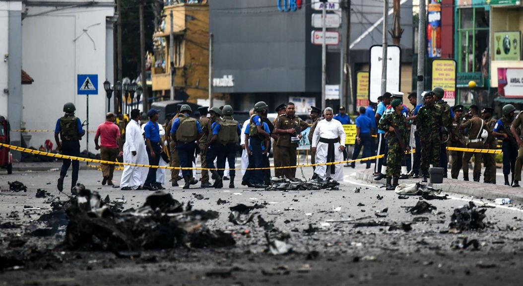 Personal de seguridad de Sri Lanka inspecciona los escombros de una camioneta después de que explotara cuando la policía intentó desactivar una bomba, el 22 de abril de 2019.