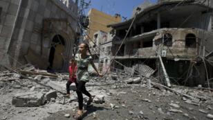 Des enfants dans les rues dévastées de Gaza City, le 23 juillet.