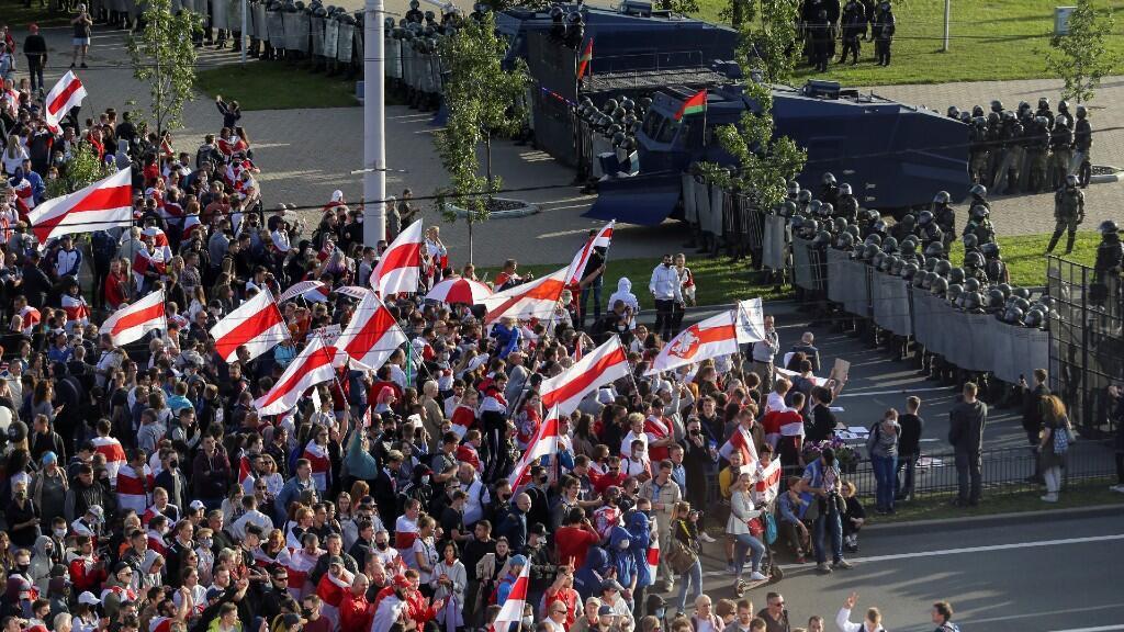 Agentes encargados de hacer cumplir la ley bloquean un camino para partidarios de la oposición, durante una manifestación contra la brutalidad policial, luego de las protestas en rechazo de los resultados de las elecciones presidenciales en Minsk, Belarús, el 13 de septiembre de 2020.
