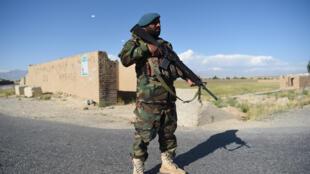 جندي أفغاني أثناء الإفراج عن سجناء من طالبان عند نقطة تفتيش في منطقة بغرام بتاريخ 26 أيار/مايو 2020