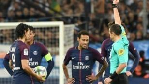 الحكم رودي بوكيه يرفع البطاقة الحمراء في وجه النجم البرازيلي نيمار (الثاني من اليمين) خلال مباراة باريس سان جرمان ومرسيليا في الدوري الفرنسي لكرة القدم، في 22 تشرين الأول/أكتوبر 2017.
