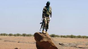 Un soldat nigérien en patrouille près de la ville d'Agadez.