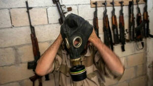 Un rebelde se prueba una máscara de gas incautada en una fábrica de armas siria en la provincia de Idlib, en el noroeste del país.