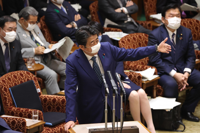 El primer ministro de Japón, Shinzo Abe, con máscara facial, habla durante una sesión parlamentaria, el 29 de abril de 2020 en Tokio