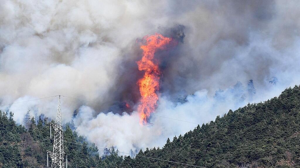 Vista general del incendio forestal declarado en el valle de Susa, en la región de Piedmont, cerca de Turín, Italia, el 27 de octubre de 2017.