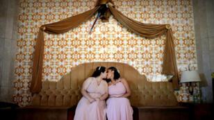 Una de las parejas que contrajo matrimonio durante la boda civil colectiva organizada por Casa 1 en Sao Paulo, Brasil, el 15 de diciembre de 2018.