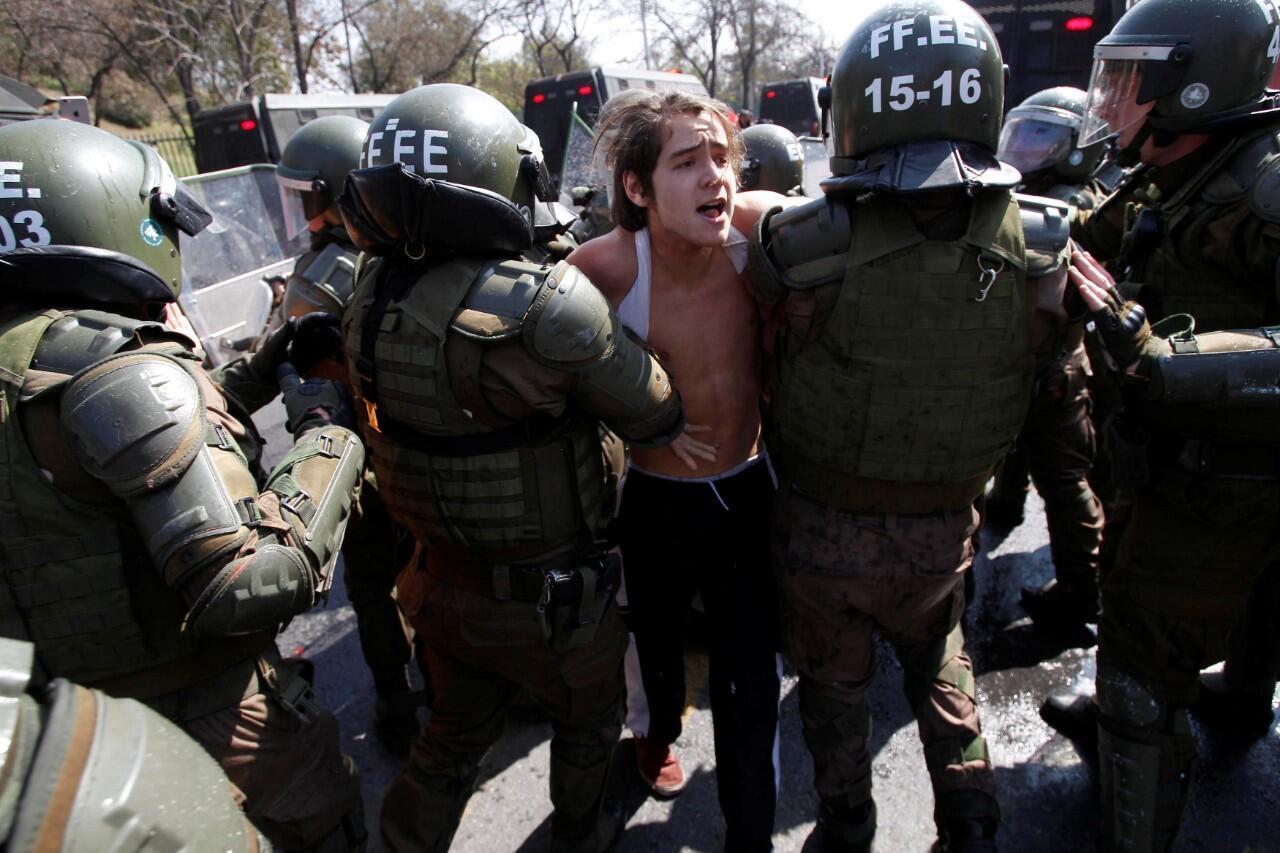 Un manifestante mientras es detenido por policías antidisturbios durante la marcha realizada en Santiago de Chile el 8 de septiembre de 2019.