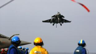 """رافال فرنسية تهبط على حاملة الطائرات """"شارل ديغول"""" في 25 شباط/فبراير 2015"""