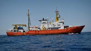 L'Aquarius, bateau de l'ONG SOS Méditerranée, a pris la direction de l'Espagne, mardi 12 juin 2018, avec 629 migrants à son bord.