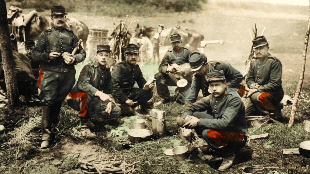 Une carte postale représentant des soldats français en train de manger durant la Première Guerre mondiale.