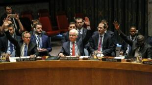 L'ambassadeur russe auprès des Nations unies, Vitaly Churkin, vote en faveur de la résolution, le 31 décembre 2016 à New York.