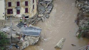 Vue aérienne de Villegailhenc, près de Carcassonne, où un pont a été emporté par la crue, le 15 octobre 2018.