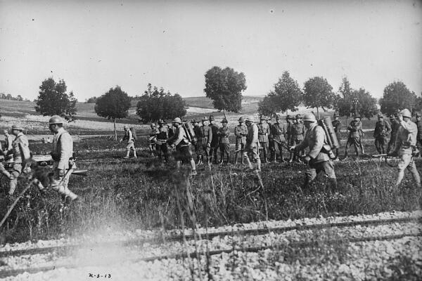 Des soldats américains en France reçoivent une instruction sur l'utilisation des gaz et les lance-flammes