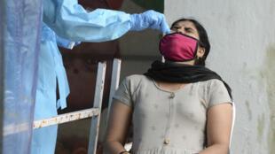 إمرأة في الهند تجري  اختبار فيروس كورونا   في مركز صحي أولي في حيدر أباد ، الهند ، في 28 سبتمبر 2020.