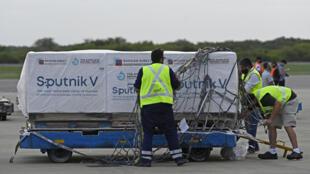 Des lots de vaccins Spoutnik viennent d'être déchargés d'un avion à l'aéroport de Buenos Aires, le 12 février 2021