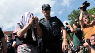 Des policiers grecs escortent l'un des militaires turcs qui s'est enfui en Grèce, en juillet 2016.