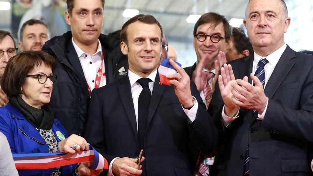 El presidente francés, Emmanuel Macron, corta la cinta durante la 57a Feria Internacional de Agricultura en el centro de exposiciones Porte de Versailles en París, Francia, 22 de febrero de 2020.