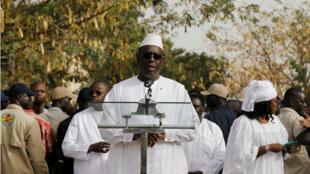 El presidente de Senegal, Macky Sall, da un discurso luego de votar en los comicios presidenciales el 24 de febrero de 2019.