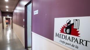 Logo de Mediapart dans ses bureaux parisiens le 2 juillet 2019