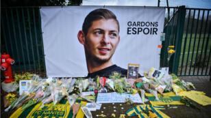 Des fleurs posées à l'entrée du centre d'entraînement du FC Nantes, le 25 janvier 2019, quatre jours après la disparition de l'avion d' Emiliano Sala.