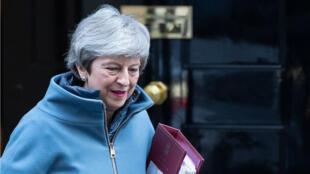 """La Première ministre Theresa May s'est dite """"attristée"""" par la décision des députées de quitter le Parti conservateur au pouvoir."""
