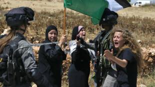 En esta foto de archivo tomada el 26 de mayo de 2017, la palestina Ahed Tamimi reacciona frente a las fuerzas israelíes durante una manifestación en la aldea de Nabi Saleh, al norte de Ramallah, en la Ribera Occidental ocupada por Israel.
