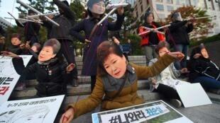 Les manifestants sud-coréens dépeignent la présidente comme la marionette de son amie Choi Soon-sil.
