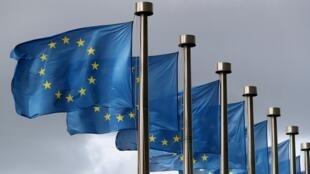 أعلام الاتحاد الأوروبي أمام مقر المفوضية الأوروبية في بروكسل، 2 أكتوبر/تشرين الأول 2019.