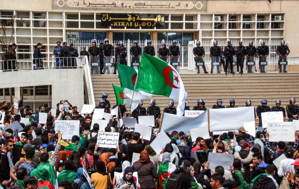 Des manifestants rassemblés devant le siège du gouvernorat de la province d'Oran, le 9 avril 2019.