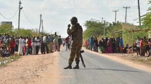 Un militaire kényan devant le campus de l'université de Garissa, le 2 avril 2015.