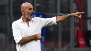 المدرب ستيفانو بيولي خلال مباراة فريقه ميلان ضد بولونيا ضمن الدوري الإيطالي لكرة القدم، في 15 تموز/يوليو 2020.