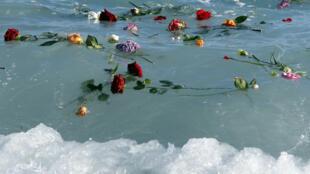 Des fleurs jetées dans la Méditerranée en hommage aux migrants ayant perdu la vie lors de la traversée, le 28 avril 2015, à Nice.