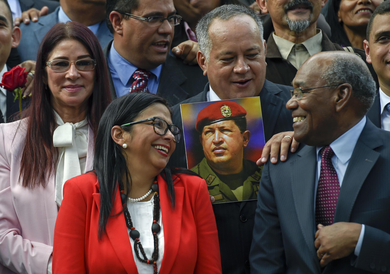 Miembros de la Asamblea Constituyente, Delcy Rodríguez, con un cuadro del presidente venezolano Hugo Chávez durante la instalación de la Asamblea en el Congreso Nacional en Caracas el 4 de agosto de 2017.